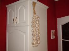 Česnekový cop z roku 2011 zavěšený v kuchyni